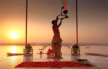 Varanasi preghiera all'alba, India - Viaggio per la festa Buddha Purnima